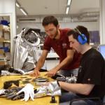 ÖWF Mitglied Andreas Bergmann (rechts) bei ersten Tastsinn Tests im ÖWF Raumanzugslabor. Unterstützt wird er von Marc Rodiguez, ÖWF Innsbruck. (c) OEWF (Mathias Hettrich)