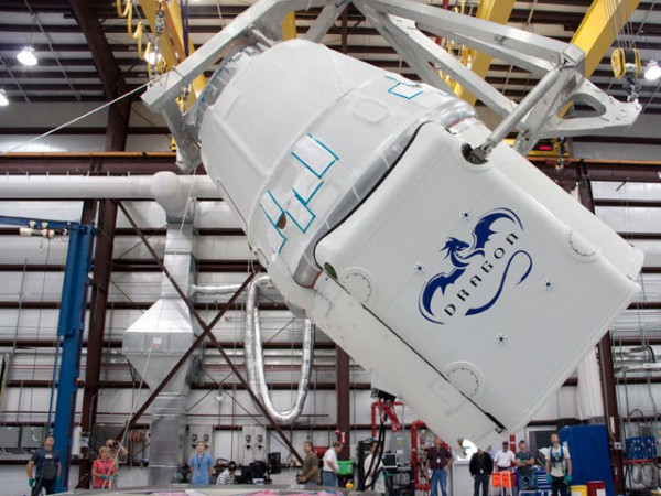 Die Dragon Kapsel muss gedreht werden bevor diese auf die Falcon 9 montiert wird. (c) NASA