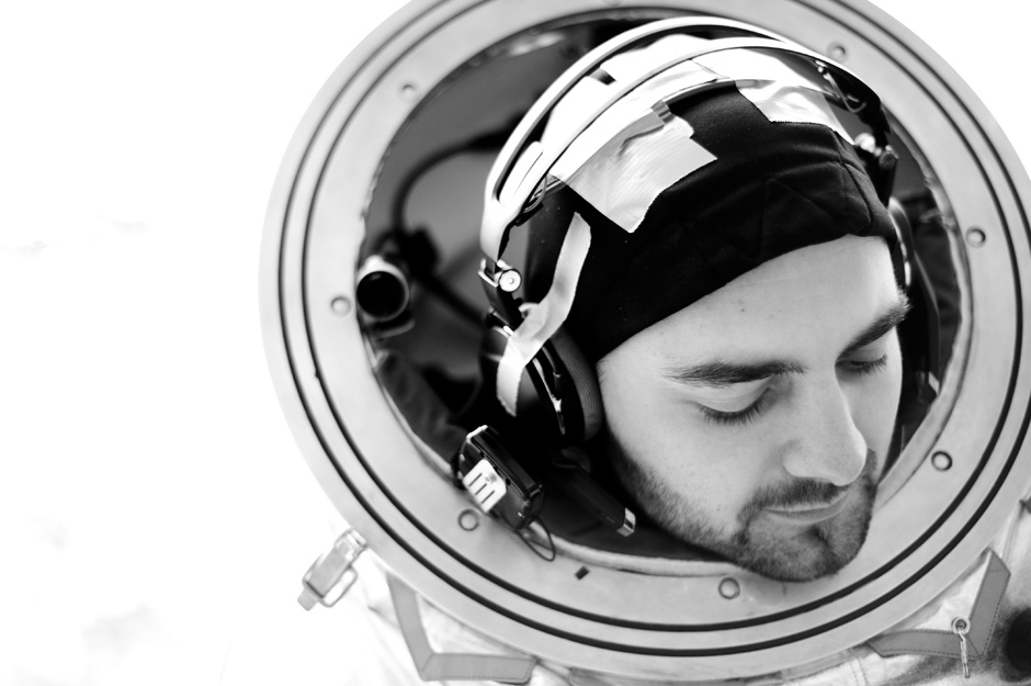Nachdem das AKG Headset mehrmals während der Test im geschlossenen Helm verrutscht ist, wurde es kurzerhand mittels PowerTap an die Suittester Kappe angeklebt. (c) OEWF (Katja Zanella-Kux)