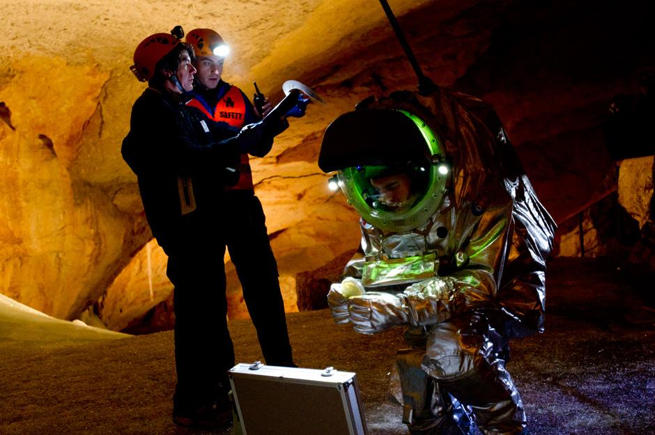 Bernard Foing und Ulrich Luger kontrollieren die Prozeduren für das Experiment während Suittest Daniel Föger bereits das Material aus dem Koffer nimmt. (c) OEWF (Katja Zanella-Kux)
