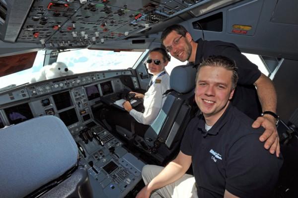 Im Cockpit über der Arktis - Alexander Soucek mit Co-Pilotin und Chef der Deutschen Polarflug