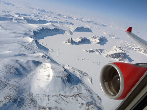 Steigflug über der Ostküste von Grönland