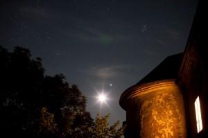 Mond, Jupiter und Pleiaden gehen über Schloss Albrechtsberg auf (credit: Gerwin Sturm)