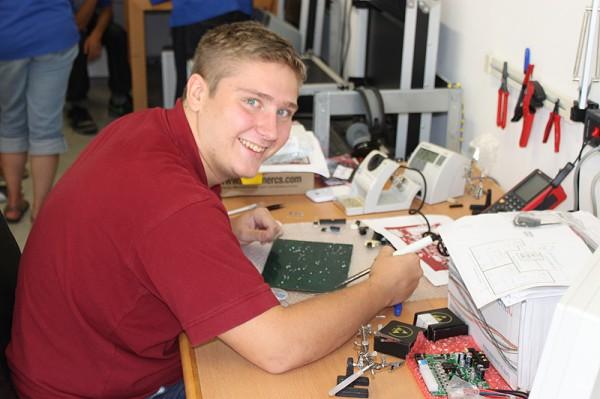 Alex Hotter, ÖWF Praktikant unterstützt die Unicamp Teilnehmer beim Löten