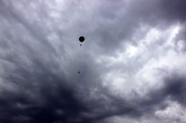 Sherpa III Neil Armstrong entschwindet in den wolkenverhangenen Himmel