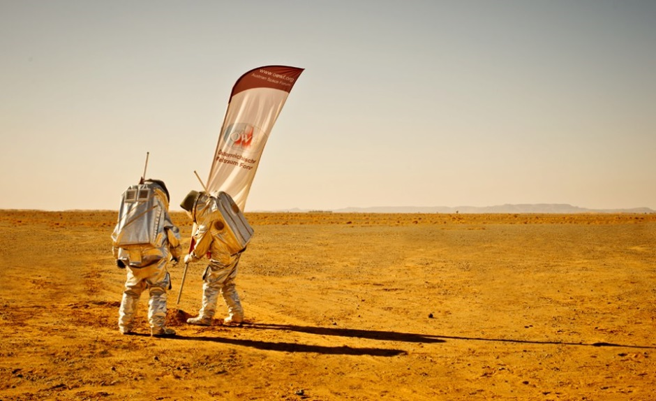 &Oouml; Fahne wird in den analogen Marssand in Marokko gesteckt. (c) OeWF (Katja Zanella-Kux)