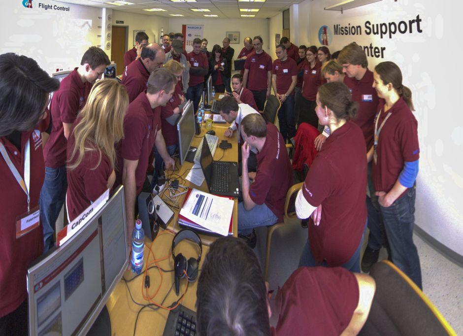Das gesamte Team des Mission Support Center in Innsbruck während des Telefonanrufs von Astronaut Chris Hadfield.