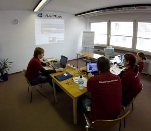Nina (ganz rechts) im Flightplan Raum im Mission Support Center. (c) ÖWF (Daniel Föger)