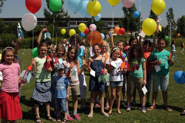 Eine Schulklasse mit selbstgebastelten Wasserraketen (c) ÖWF (Agnieszka Sekula)