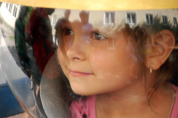 Mädchen im Kinderraumanzug