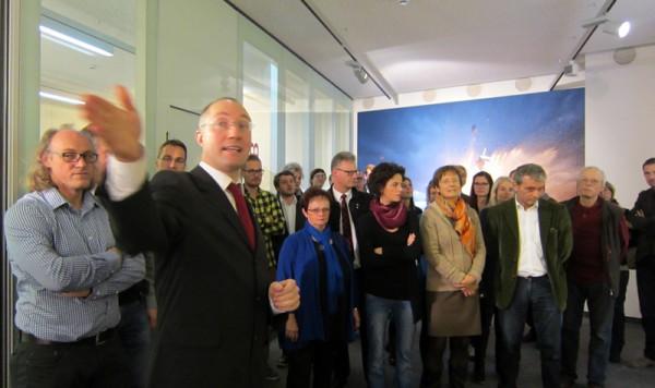 Dr. Gernot Grömer erklärt den Besuchern die Ausstellung